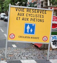 Journée sans voiture. Le panneau indique que la voie et réservée aux cyclistes et aux piétons